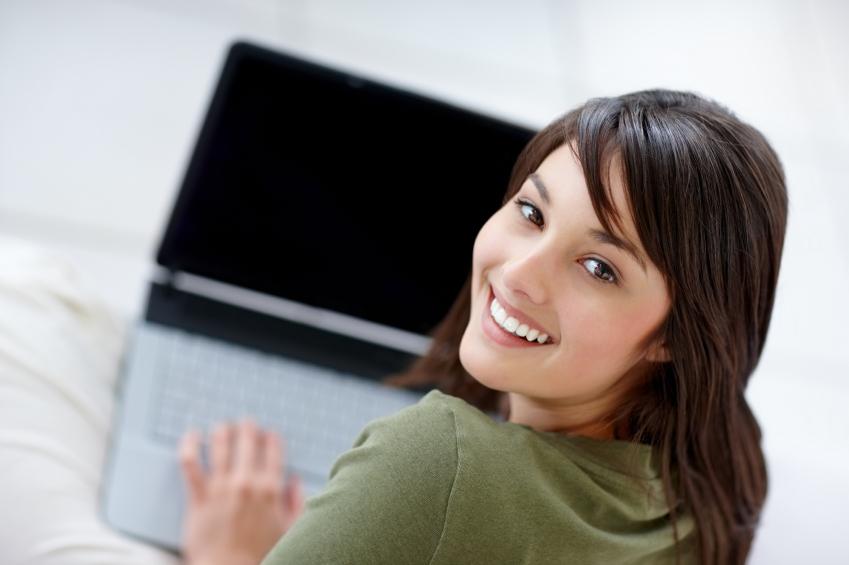 Estudiante contenta con ordenador